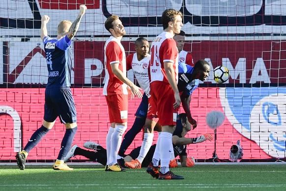 Zuerichs Raphael Dwamena, rechts, trifft zum 0:2 im Fussball Meisterschaftsspiel der Super League zwischen dem FC Thun und dem FC Zuerich, am Sonntag, 15. Oktober 2017, in der Stockhorn Arena in Thun. (KEYSTONE/Peter Schneider)