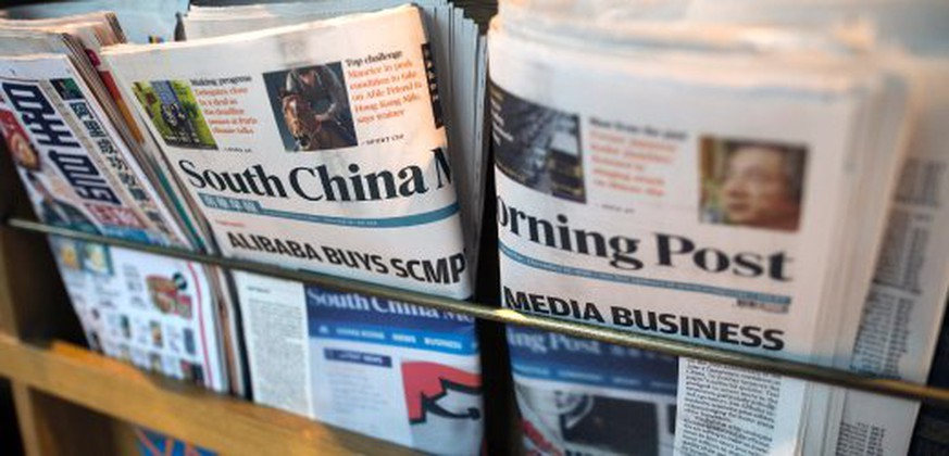 epa05065770 Copies of the South China Morning Post (SCMP) sit on a newspaper rack in Hong Kong, China, 12 December 2015. Alibaba Group, China's e-commerce giant, has bought the South China Morning Post and all other media assets from the SCMP Group. EPA/JEROME FAVRE +++(c) dpa - Bildfunk+++