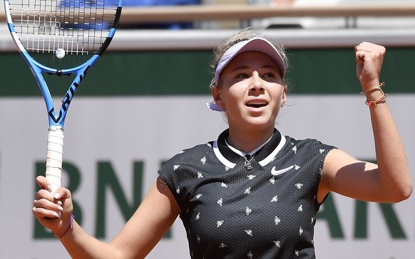 epa07629610 Amanda Anisimova of the USA reacts as she plays Simona Halep of Romania during their women's quarter final match during the French Open tennis tournament at Roland Garros in Paris, France, 06 June 2019.  EPA/JULIEN DE ROSA