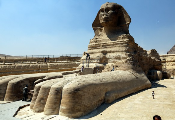 epa04392406 Egyptian workers install scaffolding around the Sphinx in Giza, Egypt, 09 September 2014, ahead of a planned restoration process. Egyptian Ministry of Antiquities announced in late August a two-month restoration process.  EPA/KHALED ELFIQI *** Local Caption ***