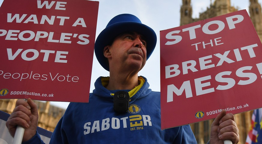 epa07237302 Pro EU protesters demonstrate outside parliament calling for People's Vote in London, Britain, 17 December 2018. British Prime Minister Theresa May is set to make a statement in the Commons on Brexit, ruling out a new referendum.  EPA/ANDY RAIN