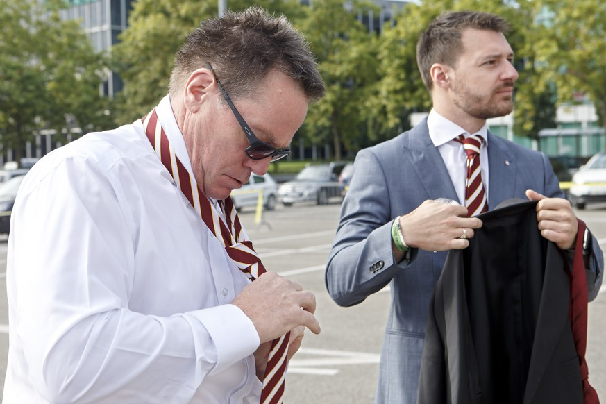 Geneve-Servette's General Manager Chris McSorley, left, next to Arnaud Cogne, right, Media Manager of Geneve-Servette HC, adjusts his tie, during the photo session of Swiss ice hockey club Geneve-Servette HC for the season 2017-2018 of National League A (NLA) Swiss Championship, at the ice stadium Les Vernets, in Geneva, Switzerland, Monday, September 4, 2017. (KEYSTONE/Salvatore Di Nolfi)