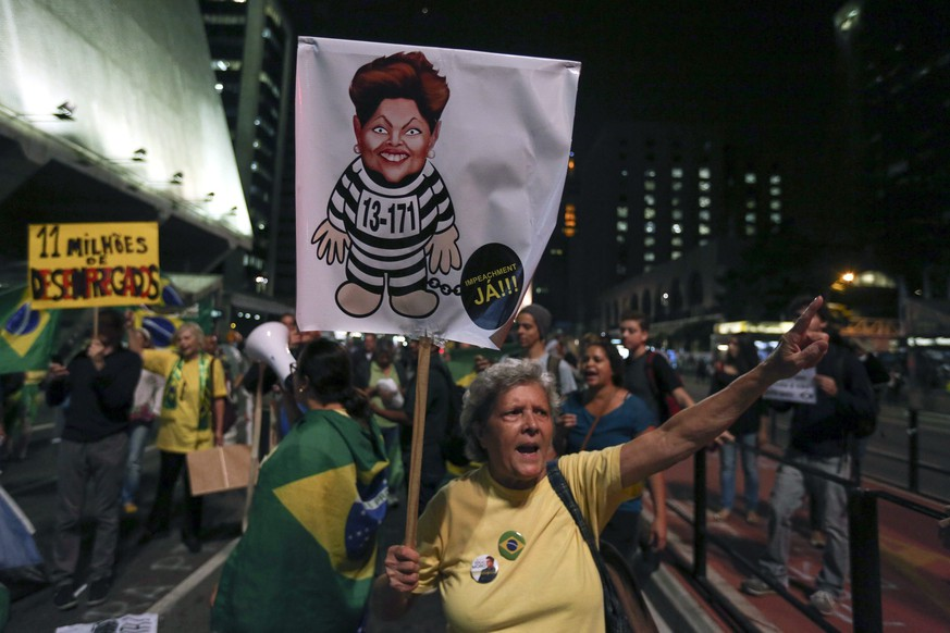 epa05297090 Demonstrators protest against Brazilian President Dilma Rousseff in Sao Paulo, Brazil, 09 May 2016. The President of the Brazilian Senate, Renan Calheiros rejected on 09 May the annulment of the impeachment process against Brazilian President Dilma Rousseff, decided by the interim president of the Lower House, Waldir Maranhao, saying that the process against Rousseff will continue.  EPA/SEBASTIAO MOREIRA