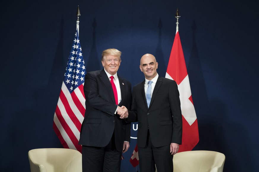 QUALITY REPEAT: Swiss Federal President Alain Berset, right, and US President Donald J. Trump, left, shake hands during a bilateral meeting during the 48th Annual Meeting of the World Economic Forum, WEF, in Davos, Switzerland, Friday, January 26, 2018. The meeting brings together entrepreneurs, scientists, corporate and political leaders in Davos, January 23 to 26. (KEYSTONE/Peter Klaunzer)