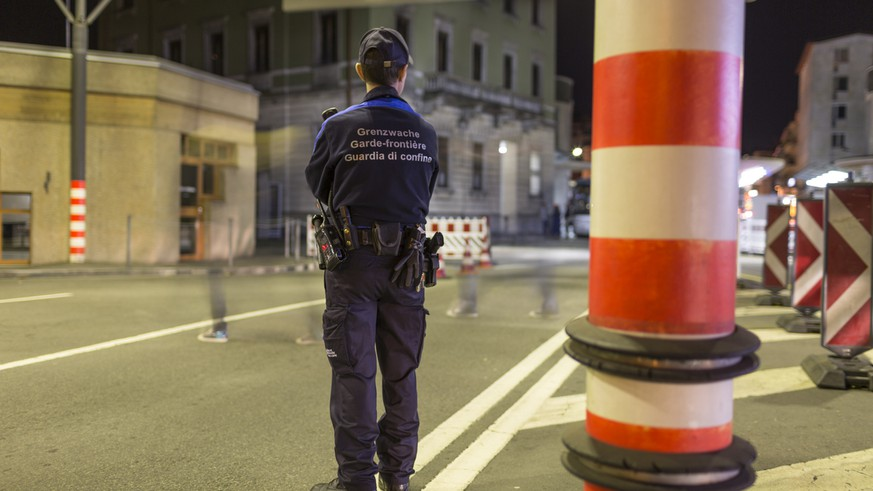 Members of the Swiss Border Guard Corps are on duty at the Swiss-Italian border in Chiasso, Switzerland, on October 23, 2014. (KEYSTONE/Gaetan Bally)