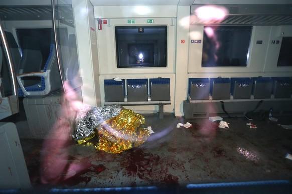 In einem Regionalzug im deutschen Würzburg ging am Montagabend des 18. Juli ein 17-jähriger Afghane mit einer Axt auf Fahrgäste los.