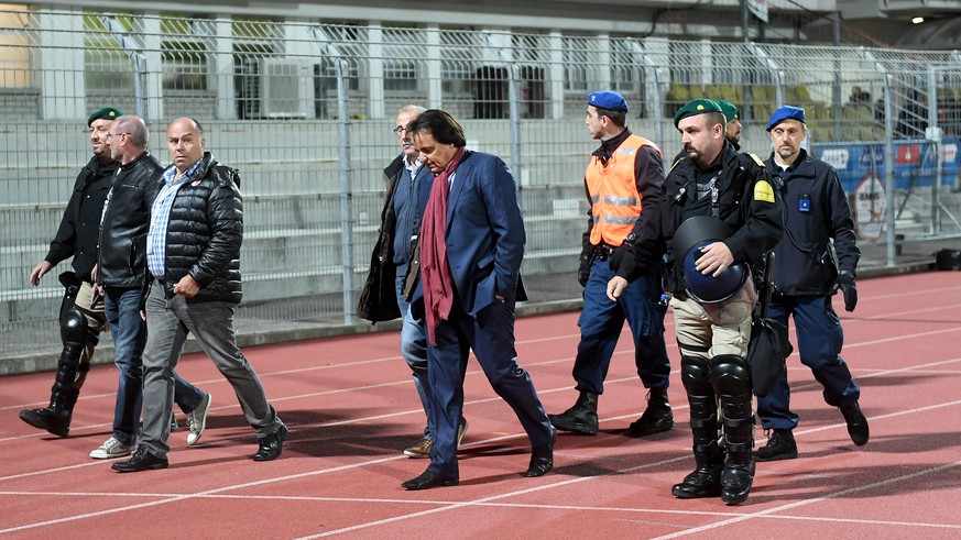 ARCHIVBILD ZUR SANKTION GEGEN SION-PRAESIDENT CHRISTIAN CONSTANTIN --- Sion's President Christian Constantin, center, escorted by the police, during the Super League soccer match FC Lugano against FC Sion, at the Cornaredo stadium in Lugano, Thursday September 21, 2017. (KEYSTONE/Ti-Press/Samuel Golay)