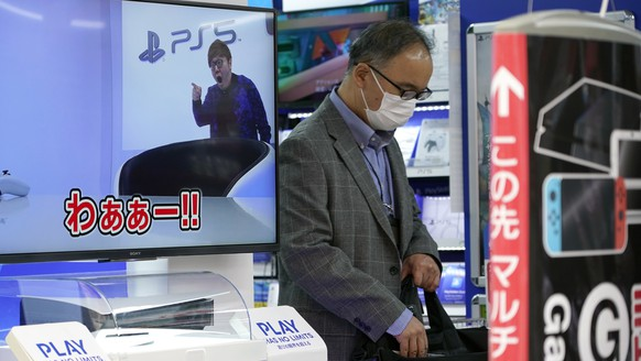 epa08815031 A customer walks past a Sony's PlayStation 5 (PS5) corner at an electronics retail store in Tokyo, Japan, 12 November 2020. Sony Interactive Entertainment Inc. launched its new video game console PlayStation 5 on 12 November 2020 in Japan, South Korea, Australia and New Zealand.  EPA/FRANCK ROBICHON