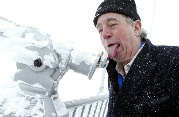 epa08150839 (FILE) - British Terry Jones of Monty Pythons Flying Circus risks to freeze his tongue at a telescope on mount Titlis, 3028 meters over sea level, near Lucerne, Switzerland, 05 May 2005. According to reports, Jones died on 22 February 2020 aged 77.  EPA/URS FLUEELER *** Local Caption *** 00426953