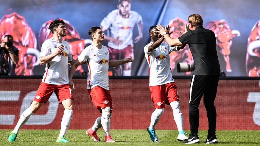 epa05882634 Leipzig head coach Ralph Hassenhuettl (R) and Leipzig's Naby Keita celebrate the opening goal during the German Bundesliga soccer match between RB Leipzig and SV Darmstadt 98 in Leipzig, Germany, 01 April 2017.  EPA/FILIP SINGER (EMBARGO CONDITIONS - ATTENTION: Due to the accreditation guidelines, the DFL only permits the publication and utilisation of up to 15 pictures per match on the internet and in online media during the match.)