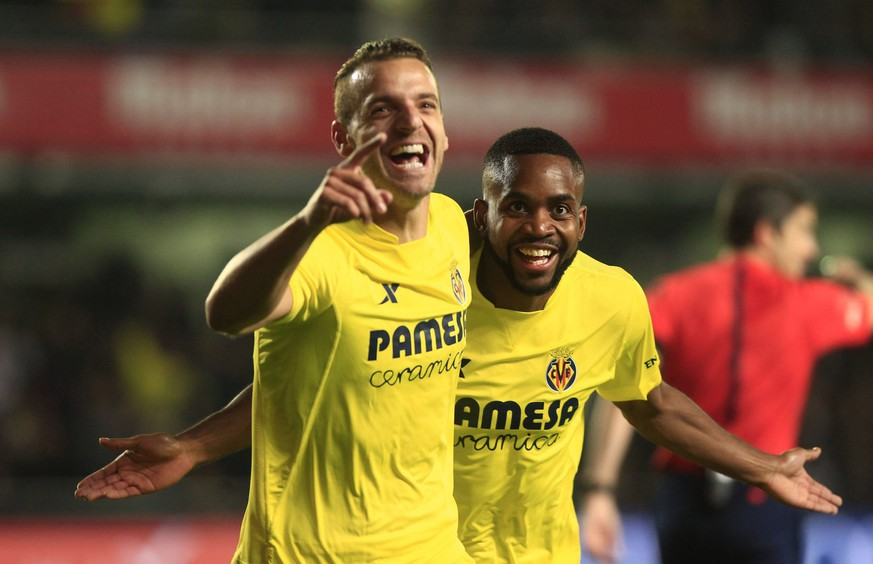 epa05068154 Villarreal CF's striker Roberto Soldado (L) celebrates with Congolese Cedric Bakambu (R) after scoring the opening goal against Real Madrid during their Spanish Liga Primera Division soccer match played at El Madrigal stadium, in Villarreal, eastern Spain, 13 December 2015.  EPA/Juan Carlos Cardenas