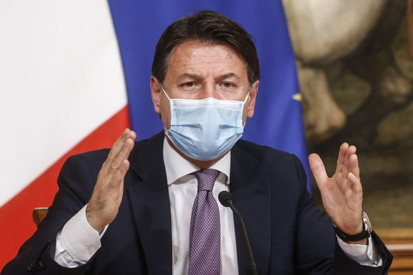epa08778784 Italian Prime Minister, Giuseppe Conte, attends a press conference during the second wave of the Covid-19 Coronavirus pandemic, at Chigi Palace in Rome, Italy, 27 October 2020.  EPA/FABIO FRUSTACI