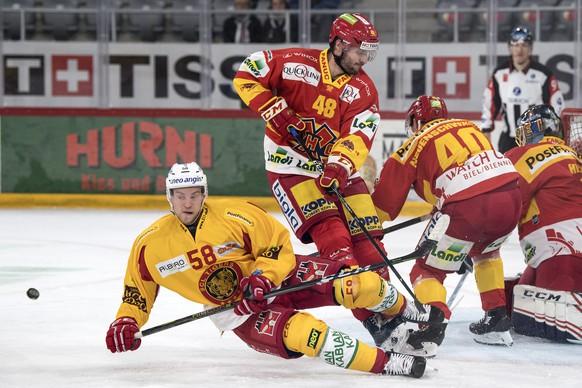 Biels Philipp Wetzel, rechts, im Duell mit Langnaus Anton Gustafsson im Eishockey Meisterschaftsspiel der National League zwischen dem EHC Biel und den SCL Tigers, am Samstag, 9. September 2017, in der Tissot Arena in Biel. (KEYSTONE/Peter Schneider)