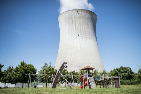 ARCHIV --- ZUR MELDUNG, DASS DAS AKW LEIBSTADT WIEDER VOM NETZ IST, STELLEN WIR IHNEN FOLGENDES BILD ZUR VERFUEGUNG --- Ein Spielplatz vor dem Kuehlturm des Kernkraftwerks Leibstadt, aufgenommen am Freitag. 18. Juli 2014. Die Bohrloecher, die 2008 zur Installation von zwei Feuerloeschern dienten, befanden sich in der Stahlhuelle, welche innen am eigentlichen Betoncontainment um das Reaktordruckgefaess eine zusaetzliche Schutzhuelle bildet. Das AKW Leibstadt (KKL) hat die Reparatur der Bohrloecher im Primaercontainment fristgerecht abgeschlossen. Die Aufsichtsbehoerde ENSI hat die verschweissten Loecher am Freitag ueberprueft und die Freigabe erteilt. (KEYSTONE/Ennio Leanza)