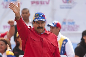 epa04142274 Venezuelan President Nicolas Maduro (C) waves during a march to commemorate the 20-year anniversary of Hugo Chavez's release from Yare jail, at the Paseo de los Proceres, in Caracas, Venezuela, 26 March 2014.  EPA/SANTI DONAIRE