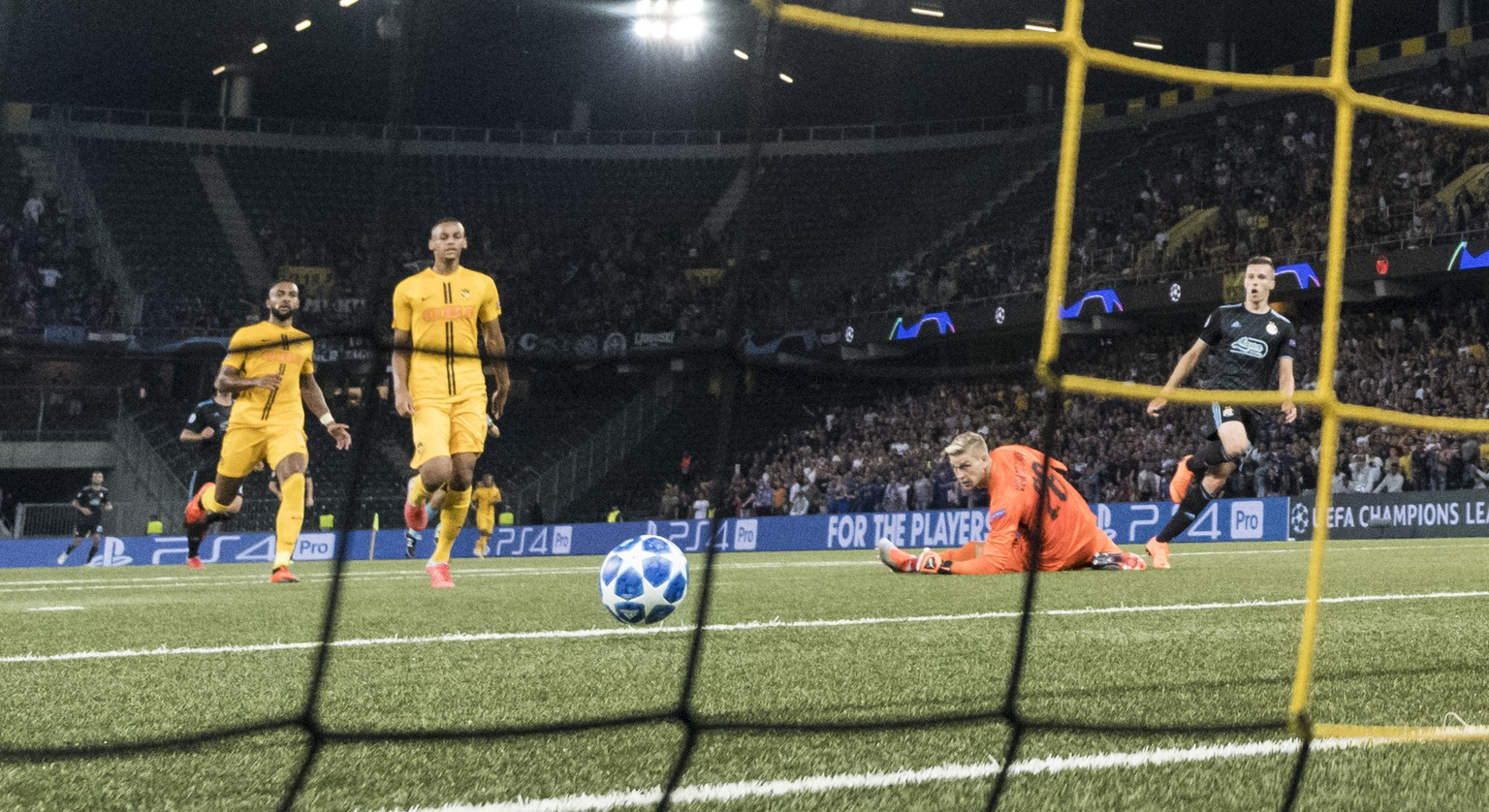Zagreb's Mislav Orsic, right, scores to 1:1, against YB goalkeeper David Von Ballmoos, 2nd right, Gregory Wuethrich, left, and YB's Djibril Sow, during the UEFA Champions League football playoff match between Switzerland's BSC Young Boys and Croatia's GNK Dinamo Zagreb, in the Stade de Suisse Stadium in Bern, Switzerland, on Wednesday, August 22, 2018. (KEYSTONE/Alessandro della Valle)
