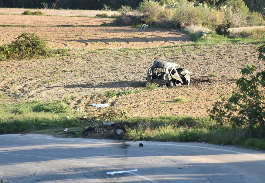 JAHRESRUECKBLICK 2017 - OKTOBER - The wreckage of the car of investigative journalist Daphne Caruana Galizia lies next to a road in the town of Mosta, Malta, Monday, Oct. 16, 2017. Malta's prime minister says a car bomb has killed an investigative journalist on the island nation. Prime Minister Joseph Muscat said the bomb that killed reporter Daphne Caruana Galizia exploded Monday afternoon as she left her home in a town outside Malta's capital, Valetta. (KEYSTONE/AP Photo/Rene Rossignaud)