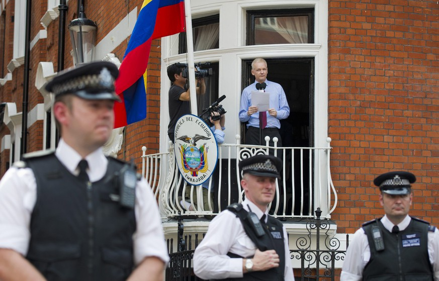 epa05142260 (FILE) A file photograph dated 19 August 2012 of Wikileaks founder Julian Assange delivering a statement on the balcony inside the Ecuador Embassy, London as police officers stand guard below. WikiLeaks founder Julian Assange on 04 February 2016 said he would hand himself in to British police on 05 February in the event of an unfavourable decision from a UN investigation. A UN working group is set to publish a determination on whether Assange, who has been holed up in the Ecuadorian embassy in London since 2012 to avoid extradition to Sweden, is in effect illegally detained there. Swedish authorities have requested his extradition in connection with several sexual assault charges. Assange has said he fears further extradition from Sweden on to the United States, where he faces other charges.  EPA/FACUNDO ARRIZABALAGA *** Local Caption *** 50902698