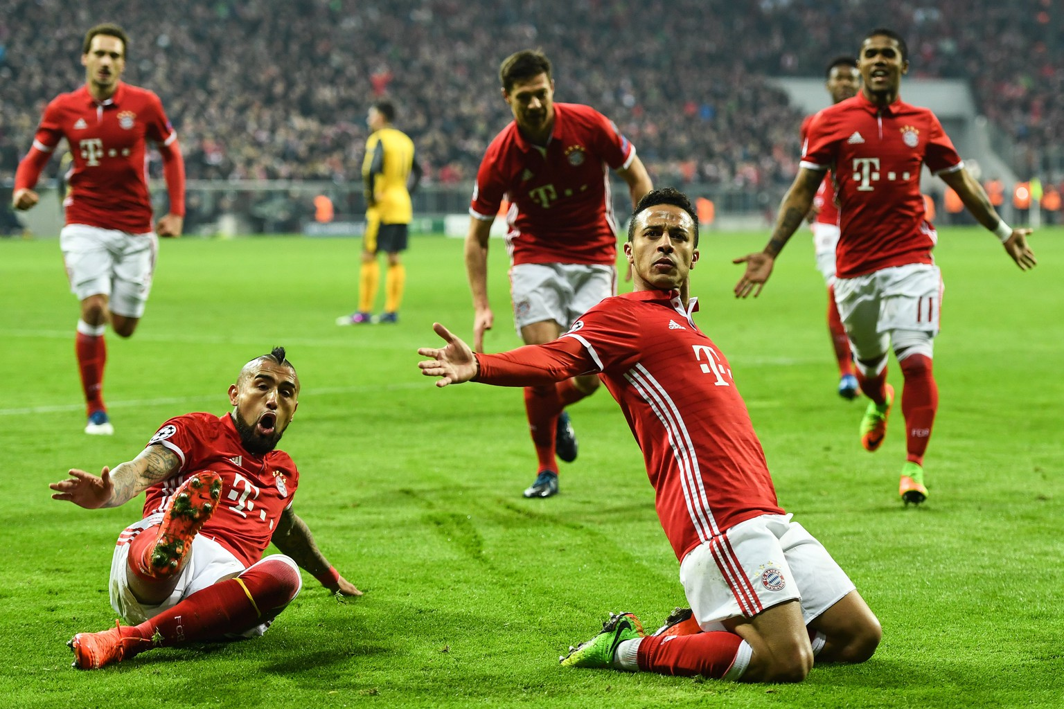 epa05795790 Thiago of Bayern Munich celebrates with team mates after scoring a goal during the UEFA Champions League round of 16 first leg soccer match between Bayern Munich and Arsenal FC at the Allianz Arena, in Munich, Germany, 15 February 2017.  EPA/LENNART PREISS