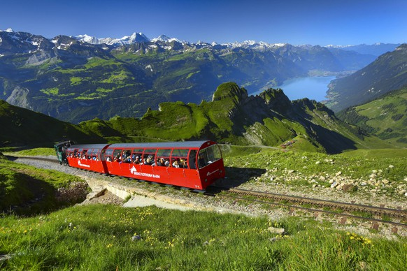 Zahnradbahn Brienzer Rothorn-Bahn am Brienzer Rothorn mit Brienzersee, Schweiz, Berner Oberland cog railway Brienzer Rothorn Bahn at Brienzer Rothorn with lake Brienzersee, Switzerland, Bernese Oberland BLWS436777 Copyright: xblickwinkel/P.xFrischknechtx