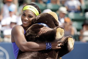STANFORD, CA - AUGUST 03: Serena Williams of the USA hugs a stuffed bear that she won after beating Angelique Kerber of Germany in the finals of the Bank of the West Classic at the Taube Family Tennis Stadium on August 3, 2014 in Stanford, California.   Ezra Shaw/Getty Images/AFP == FOR NEWSPAPERS, INTERNET, TELCOS & TELEVISION USE ONLY ==