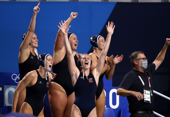 epa09403031 US players celebrate a goal during the Women's Gold Medal match between Spain and USA at the Tokyo 2020 Olympic Games Water Polo events at the Tatsumi Water Polo in Tokyo, Japan, 07 August 2021.  EPA/HOW HWEE YOUNG