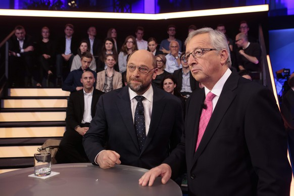 epa04197050 European People's Party candidate as President of the European Commission Jean-Claude Juncker, right, and his counterpart from the Party of the European Socialists Martin Schulz, left, pose for media prior to a live television discussion at the capital studios of the ZDF (Second German Television) in Berlin, Germany, 08 May 2014.  EPA/Markus Schreiber / POOL
