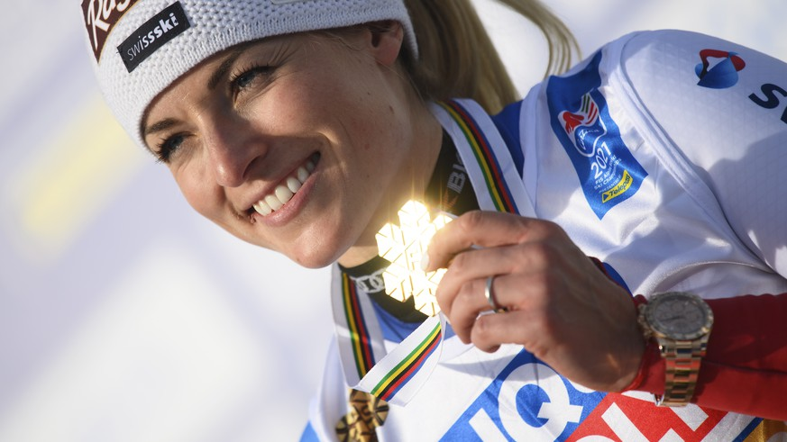 epaselect epa09021474 Lara Gut-Behrami of Switzerland poses for photographs with her gold medal during the award ceremony of the Women's Giant Slalom race at the Alpine Skiing World Championships in Cortina d'Ampezzo, Italy, 18 February 2021.  EPA/CHRISTIAN BRUNA