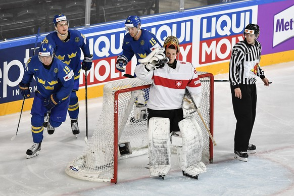 Switzerland's goaltender Leonardo Genoni, right, reacts after the first goal against Sweden's Nicklas Backstrom, William Nylander and Oscar Lindberg, from left, during their Ice Hockey World Championship quarter final match between Switzerland and Sweden in Paris, France on Thursday, May 18, 2017. (KEYSTONE/Peter Schneider)