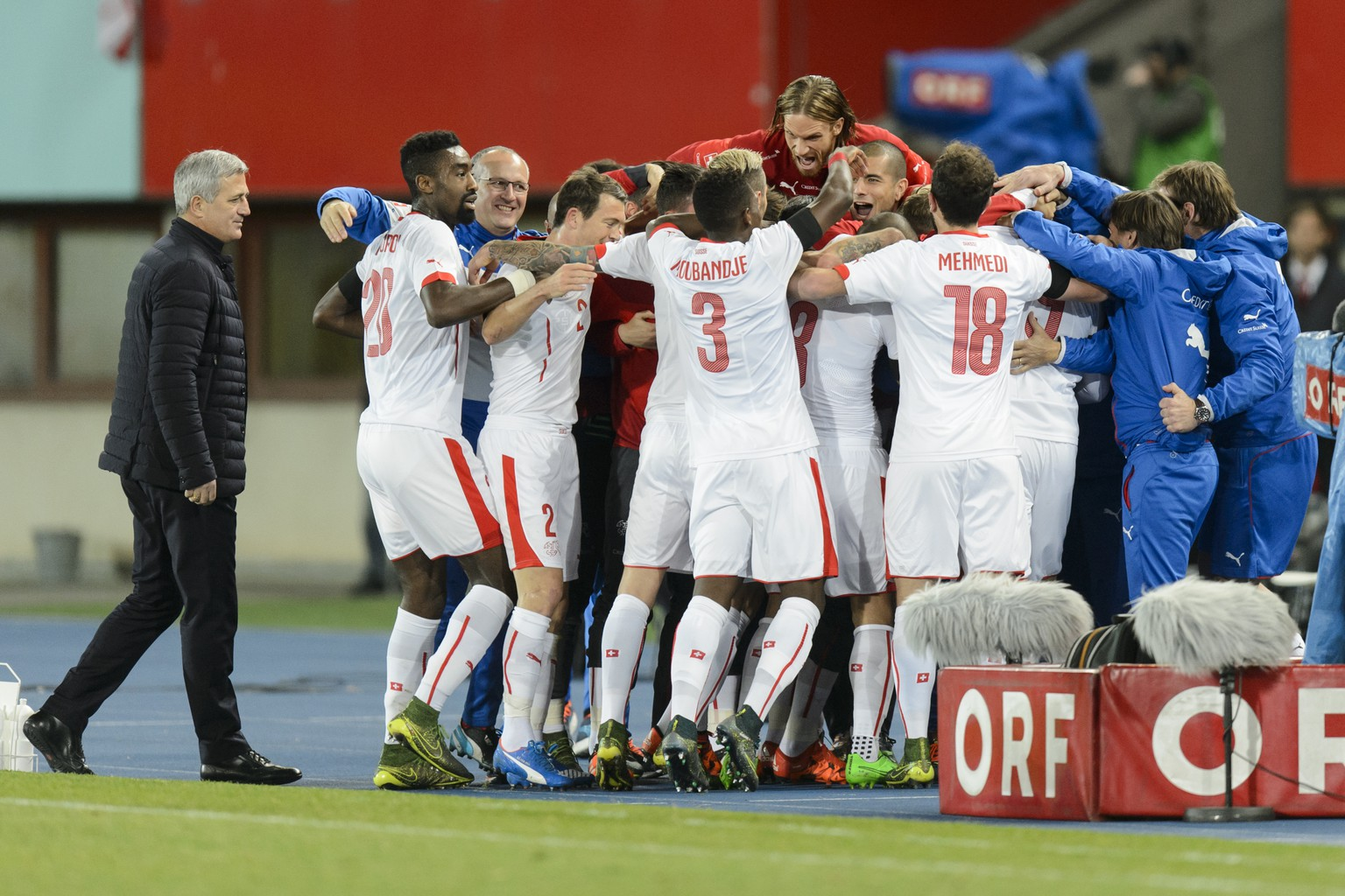 Swiss soccer players celebrates after scoring a goal with Swiss head coach Vladimir Petkovic, left, during a friendly soccer match between Austria and Switzerland at the Ernst-Happel Stadium, in Vienna, Austria, Tuesday, November 17, 2015. (KEYSTONE/Jean-Christophe Bott)