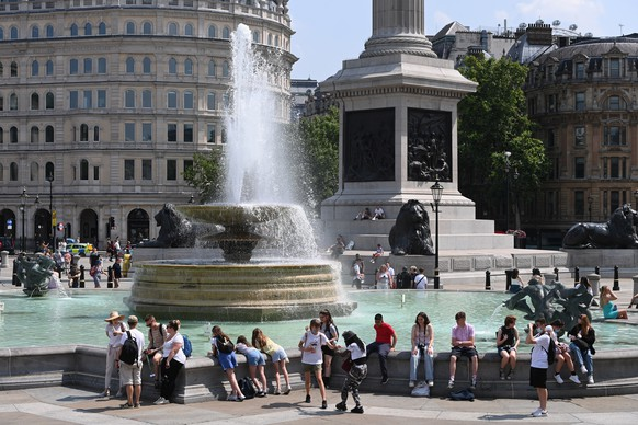 epa09356595 Londoners cool down by the fountains of Trafalgar Square in London, Britain, 21 July 2021. The Met Office has issued its first ever extreme heat warning for Great Britain as temperatures expect to reach 33 degrees Celsius in some areas.  EPA/FACUNDO ARRIZABALAGA