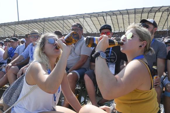 Die Schwingfans geniessen das schoene Wetter am  Eidgenoessischen Schwing- und Aelplerfest, aufgenommen am 24. August 2019 in Zug mit einem Feldschloesschen Bier. (PPR/Feldschloesschen)