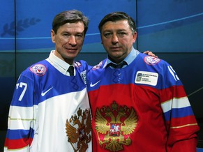 epa04224294 Russian former ice hockey players Vyacheslav Bykov (L) and Andrei Khomutov (R) pose for photographers during the Hall of Fame Induction Ceremony 2014 in Minsk, Belarus, 25 May 2014.  EPA/ANATOLY MALTSEV