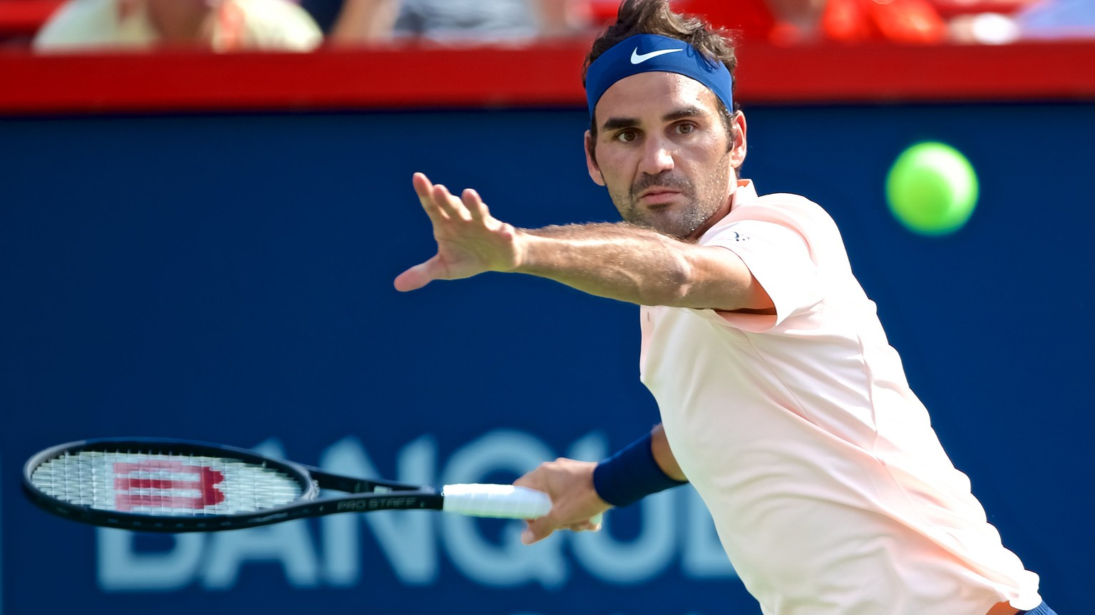 epa06143098 Roger Federer of Switzerland in action against Alexander Zverev of Germany during the ATP Rogers cup men's final in Montreal, Canada, 13 August 2017.  EPA/ANDRE PICHETTE