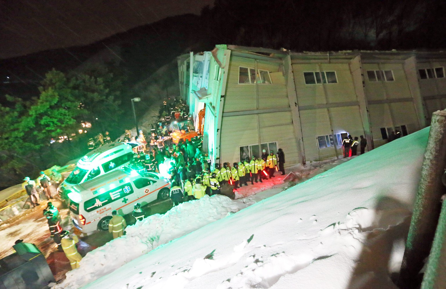 epa04084462 Rescue efforts are underway at the scene of a resort roof collapse in Gyeongju, southeastern South Korea, 18 February 2014. At least ten people were killed and more than 100 injured in the disaster.  EPA/YONHAP SOUTH KOREA OUT
