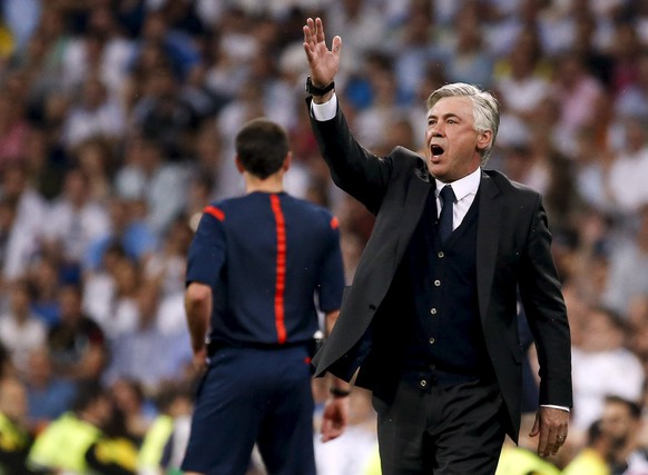 Real Madrid's coach Carlo Ancelotti gestures during their Spanish first division soccer match against Valencia at Santiago Bernabeu stadium in Madrid, Spain, May 9, 2015.  REUTERS/Paul Hanna