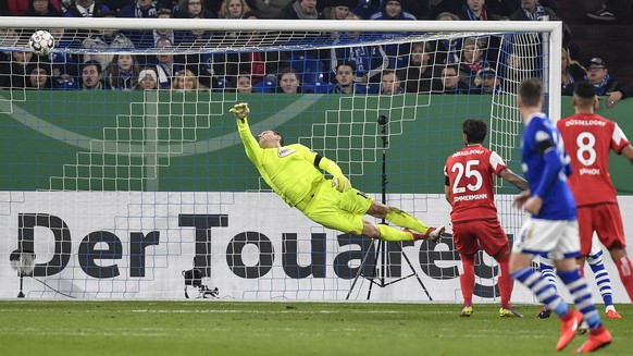 Duesseldorf's keeper Jaroslav Drobny receives the opening goal by Schalke's Ahmed Kutucu during the German soccer cup, DFB Pokal, match between FC Schalke 04 and Fortuna Duesseldorf in Gelsenkirchen, Germany, Wednesday, Feb. 6, 2019. (AP Photo/Martin Meissner)