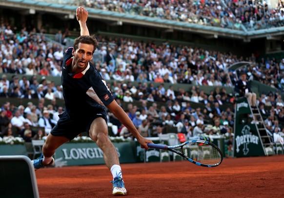 epa06010561 Albert Ramos-Vinolas of Spain in action against Novak Djokovic of Serbia during their men's singles 4th round match during the French Open tennis tournament at Roland Garros in Paris, France, 04 June 2017.  EPA/TATYANA ZENKOVICH