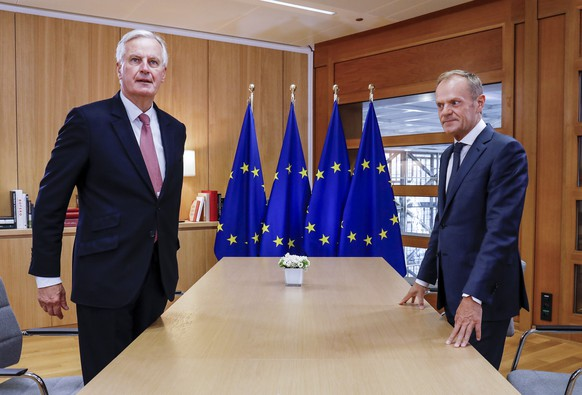 epa07096626 The European Union's chief Brexit negotiator Michel Barnier (L) and European Council President Donald Tusk (R) take their seats for a meeting in Brussels, Belgium, 16 October 2018.  EPA/OLIVIER HOSLET