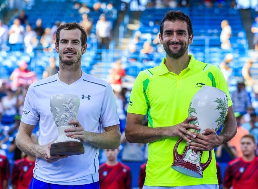 epa05506007 Marin Cilic of Croatia (R) and Andy Murray of Great Britain pose with their trophies after Cilic defeated Murray in the final of the Western & Southern Open tennis championships at the Linder Family Tennis Center in Mason, near Cincinnati, Ohio, USA, 21 August 2016.  EPA/TANNEN MAURY