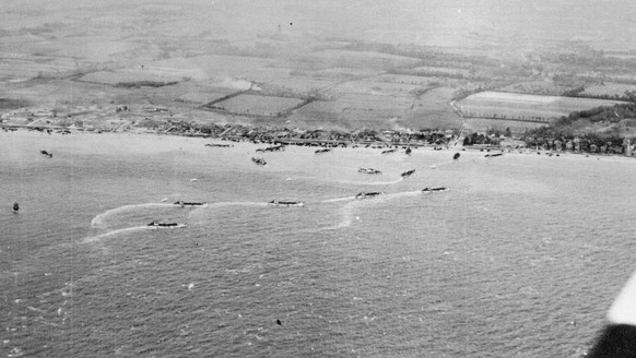 epa04239249 An undated handout photograph released by the British Ministry of Defence (MOD) on 04 June 2014 shows an aerial view on a Normandy beach on D-Day. The 06 June 2014 will mark 70 years since the invasion of Normandy in Operation Overlord, which began the final stages of the Second World War in Europe. In the space of three crucial months in 1944, the Western Allies progressed from landing some 150,000 troops on five Normandy beaches. The events which took place on the most well-known D-Day in history, were the first steps towards the liberation of Western Europe and the defeat of Nazi Germany.  EPA/BRITISH MINISTRY OF DEFENCE  / HANDOUT MANDATORY CREDIT: CROWN COPYRIGHT HANDOUT EDITORIAL USE ONLY/NO SALES