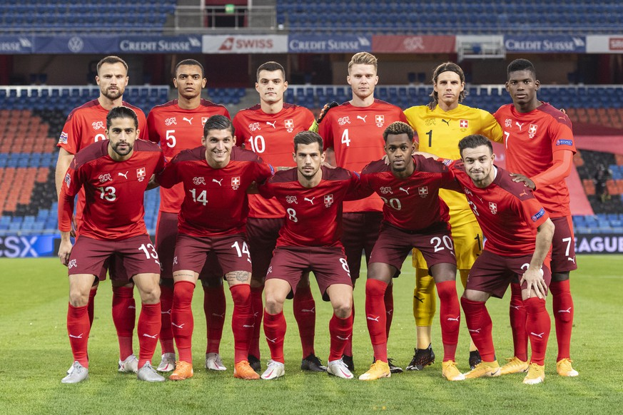 The Swiss team, top from left: Haris Seferovic, Manuel Akanji, Granit Xhaka, Nico Elvedi, goalkeeper Yann Sommer and Breel Embolo, and bottom from left, Ricardo Rodriguez, Steven Zuber, Remo Freuler, Edimilson Fernandes and Xherdan Shaqiri, stand for the group photo, ahead of the UEFA Nations League group D soccer match between Switzerland and Spain at the St. Jakob-Park stadium in Basel, Switzerland, on Saturday, November 14, 2020. (KEYSTONE/Alessandro della Valle)