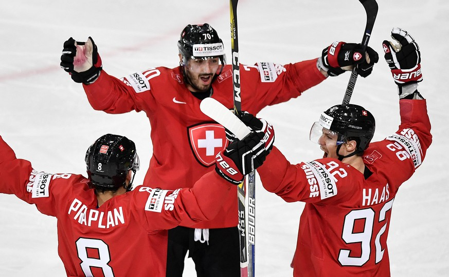 epa05953369 Switzerland's Vincent Praplan, Denis Hollenstein and Gaetan Haas, from left, celebrate after the secon goal during their Ice Hockey World Championship group B preliminary round match between Switzerland and France in Paris, France on Tuesday, May 9, 2017.  EPA/PETER SCHNEIDER