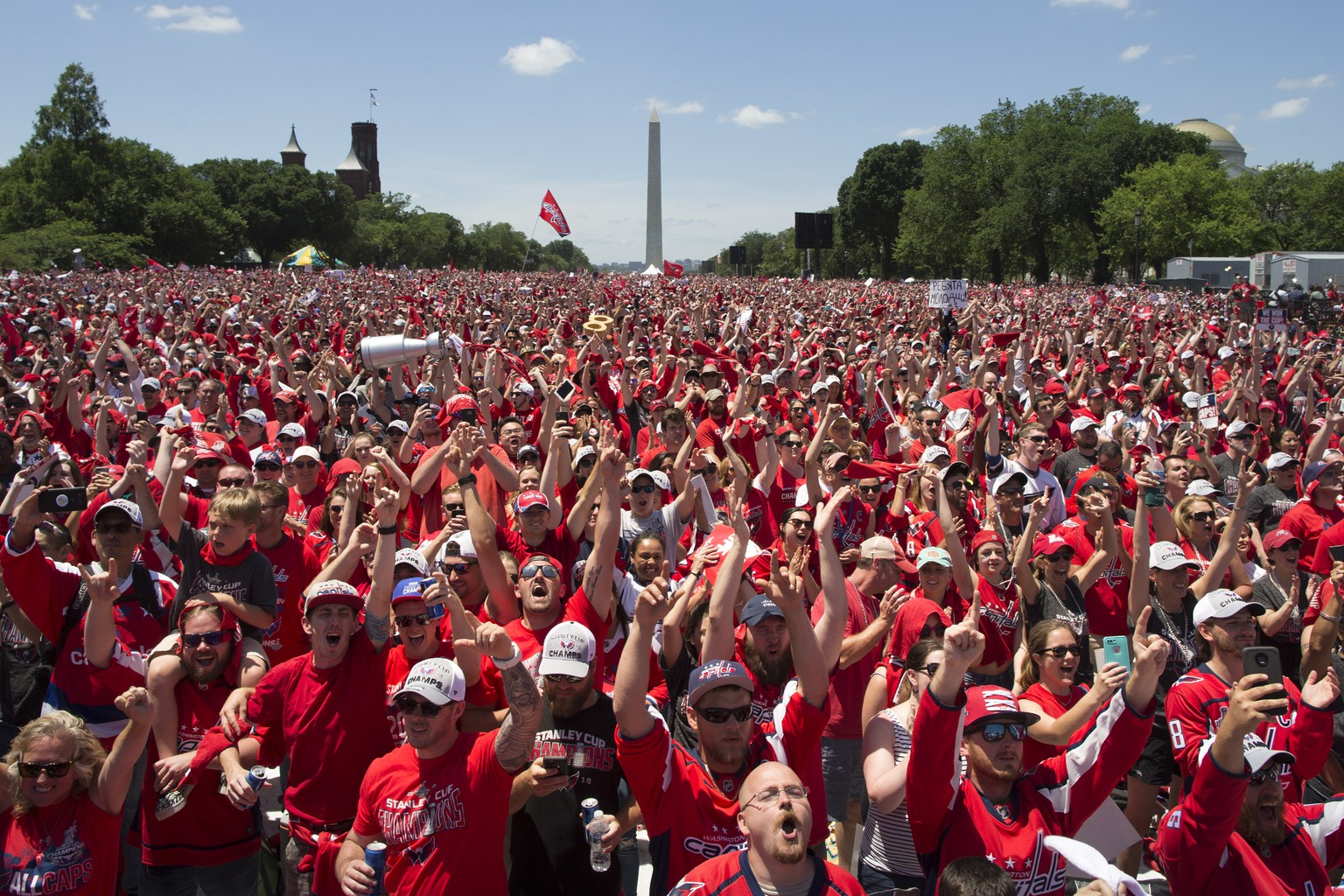 epa06803171 Fans cheer during a victory celebration for the 2018 Stanley Cup Champions Washington Capitals, on the National Mall in Washington, DC, USA, 12 June 2018. No professional Washington sports team had won a championship since the Washington Redskins won the Super Bowl in 1992.  EPA/MICHAEL REYNOLDS