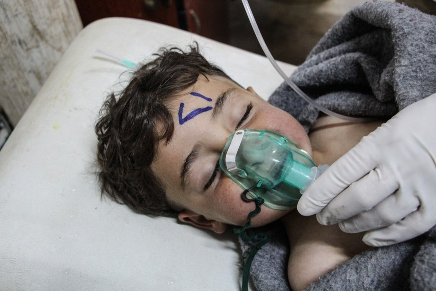 epa05887418 A Syrian child receives treatment after an alleged chemical attack at a field hospital in Saraqib, Idlib province, northern Syria, 04 April 2017. Media reports quoting the British war monitor Syrian Observatory for Human Rights state an alleged chemical attack in the rebel-held area of Idlib province on 04 April killed at least 58 people, including 11 minors, and wounded dozens others.  EPA/STRINGER