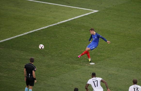 Football Soccer - Germany v France - EURO 2016 - Semi Final - Stade Velodrome, Marseille, France - 7/7/16 - France's Antoine Griezmann scores a penalty goal.   REUTERS/Eric Gaillard