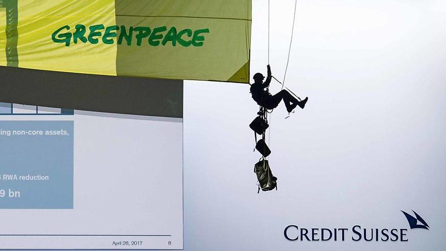 Greenpeace pinkelt Schweizer Grossbanken ans Bein – wegen ihrer Klimapolitik