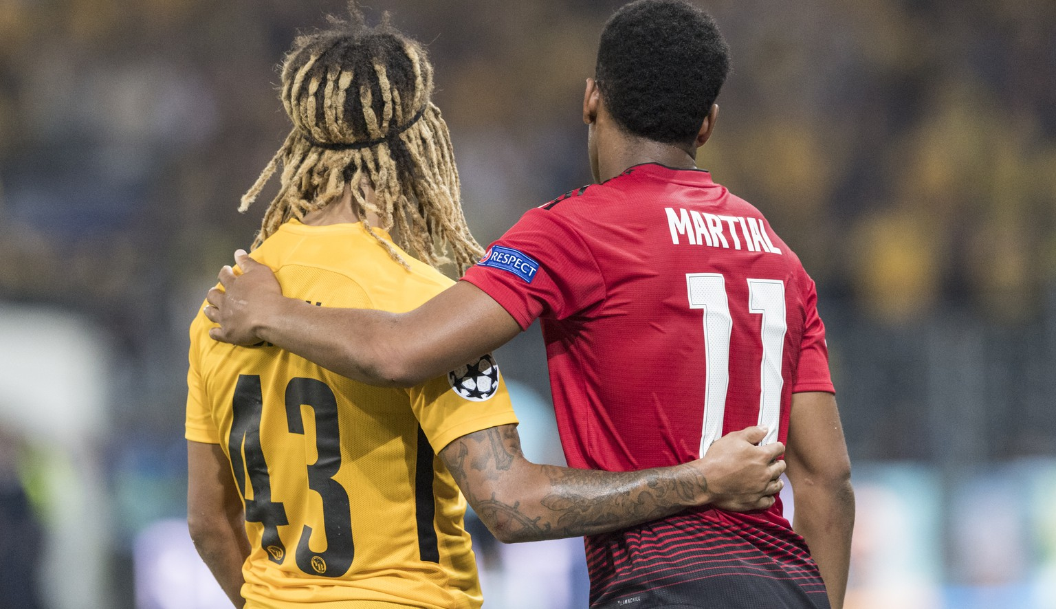 YB's Kevin Mbabu, left, hugs Manchester United's Anthony Martial, right, after the UEFA Champions League group H matchday 1 soccer match between Switzerland's BSC Young Boys and England's Manchester United FC in the Stade de Suisse in Berne, Switzerland, on Wednesday, September 19, 2018. (KEYSTONE/Alessandro della Valle)