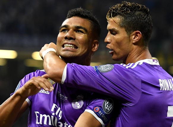 epa06008724 Real Madrid's Casemiro (L) celebrates scoring the 2-1 lead with teammate Cristiano Ronaldo during the UEFA Champions League final between Juventus FC and Real Madrid at the National Stadium of Wales in Cardiff, Britain, 03 June 2017.  EPA/ANDY RAIN