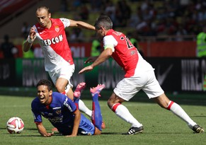 Nice's Brazilian midfielder Carlos Eduardo (L) is fouled by Monaco's French midfielder Jeremy Toulalan (R) as Monaco's Bulgarian forward Dimitar Berbatov looks on during the French L1 football match Monaco (ASM) against Nice (OGCN) on September 27, 2014, at the Louis II Stadium in Monaco. AFP PHOTO / JEAN-CHRISTOPHE MAGNENET
